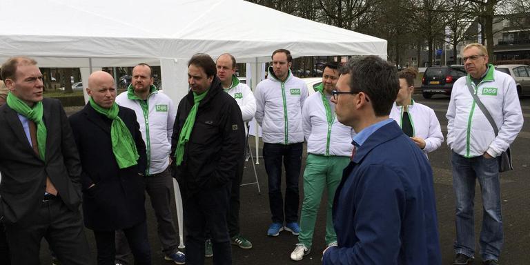 Pepijn Vemer, blauwe jas, lijsttrekker van D66 in Tynaarlo, geeft uitleg over het PBH-terrein. Zijn partijgenoot staatssecretaris Menno Snel (helemaal links) luistert toe. Foto DvhN
