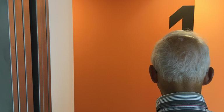 Henk Hunse bekijkt vanuit de lift de kleur van de muur. ,,Heftig