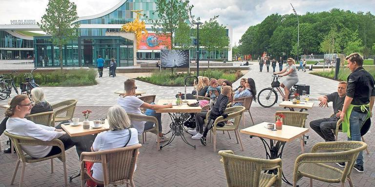 Gezelligheid op het Raadhuisplein in Emmen. FOTO ARCHIEF DVHN