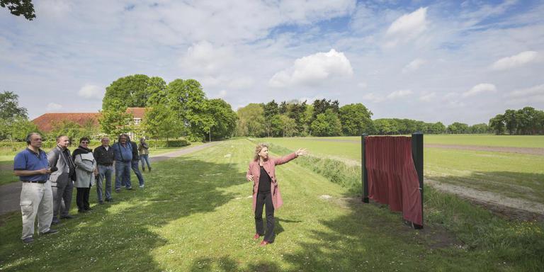Suzanna Jansen bij de onthulling op het terrein van 'Het Pauperparadijs'. FOTO RENS HOOYENGA