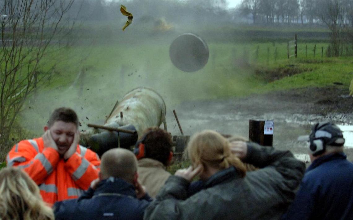 'Boze buurman' Noordbarge steekt lont in carbidvat aan - Drenthe ... - Dagblad van het Noorden