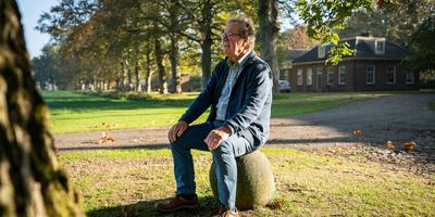 Harry de Geeter op de meerpaal aan de Stoomweg in Veenhuizen. Foto: JASPAR MOULIJN