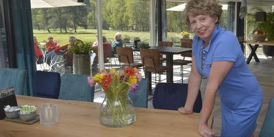 Ellen Kroes in het vernieuwde clubhuis: ,,,,Het was wat oubollig geworden, de rode stoelen in combinatie met groene vloerbedekking.''