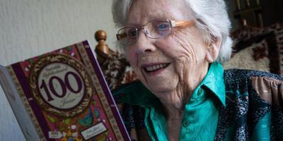 Aaltje van Veen-Seinen vierde donderdag haar 100ste verjaardag. Foto Gerrit Boer