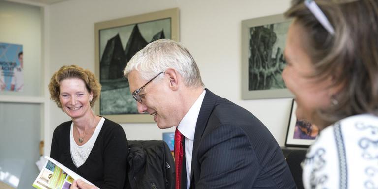 Burgemeester Out krijgt het boek over pleegzorg overhandigd van pleegouder Ina Boomsluiter (links) en Annemieke Smit van Yorneo. FOTO MARCEL JURIAN DE JONG