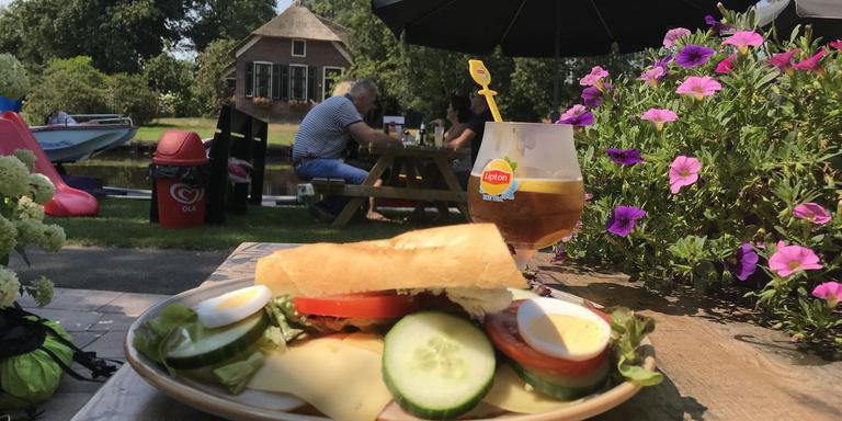 Langs het water in Noord-Overijssel is het broodje gezond populair bij de fietsers. Foto DvhN