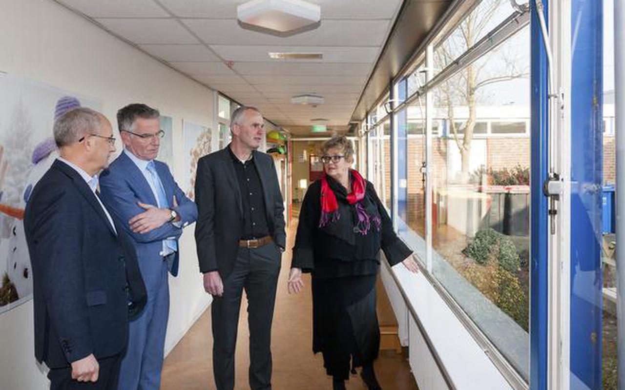 Leendert de Boom, Arend Eilander, Zweers Wijnholds en Gerry Arts-Moerman kijken rond bij basisschool De Goudvink. FOTO GERRIT BOER
