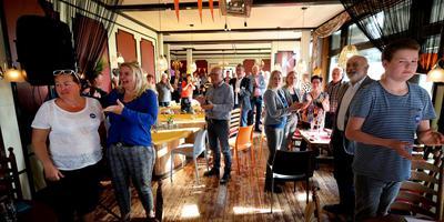 De gemeente Aa en Hunze schonk gisteren een verjaardagsborrel voor inwoners die op zelfde dag jarig zijn als koning Willem-Alexander. Foto: Harry Tielman