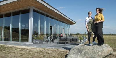De zussen Ilse en Daniek Hoogland voor hun restaurant Bij Wollegras, op het terrein van de schaapskooi Bargerveen.
