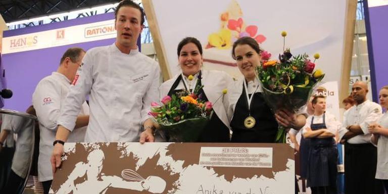Anika van der Veen (midden) met haar teamgenoot Stephanie van Sonderen, vlak na de wedstrijd.