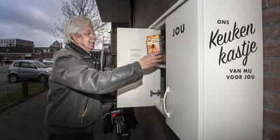 Bert van Wijk bij de kast aan de buitenkant van De Kandelaar. Foto Marcel Jurian de Jong