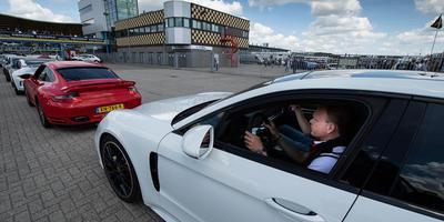 Met Porsche-instructeur Patrick Stam achter het stuur klaar voor de start. Foto Hilbrand Dijkhuizen