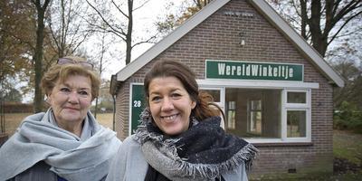 Keramiste Petra Blom (rechts) vestigt zich in 't Winkeltje in Oosterhesselen. Links haar moeder Ria. Foto Jan Anninga
