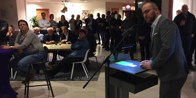Wethouder Niek Wind spreekt de bestuurders van dorpsverenigingen toe.