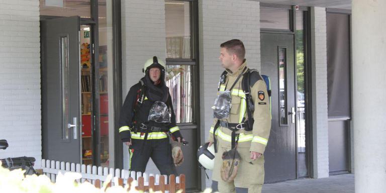 De brandweer verricht metingen nadat er in de peuterspeelzaal van De Vuurvogel een gaslucht werd geroken. Foto: Van Oost Media