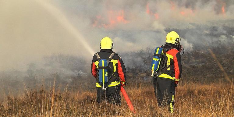 Archieffoto van een heidebrand bij Beilen. Met een gecoordineerde aanpak moet in Drenthe tijdens de voortdurende droogte erger worden voorkomen. Foto archief DvhN