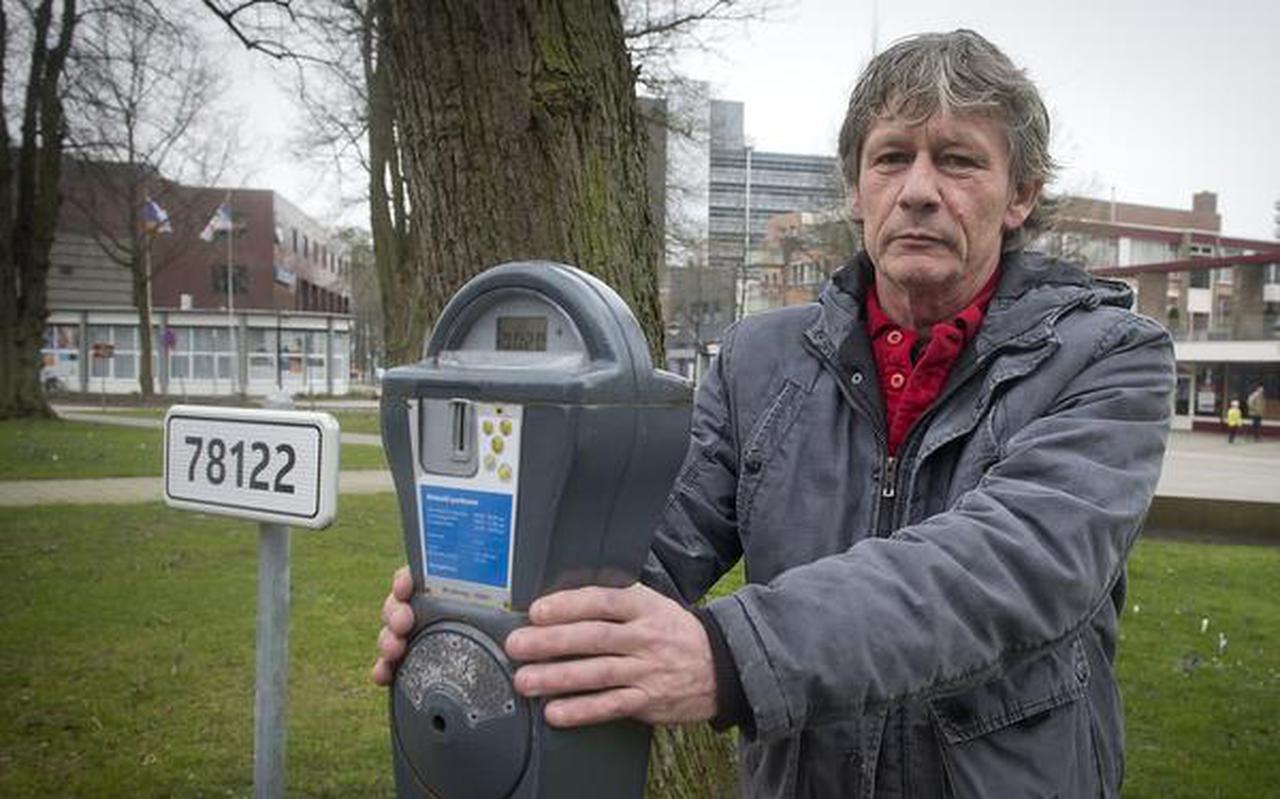 Anne Legendal keert zich tegen hoge parkeertarieven in Emmen. FOTO JAN ANNINGA