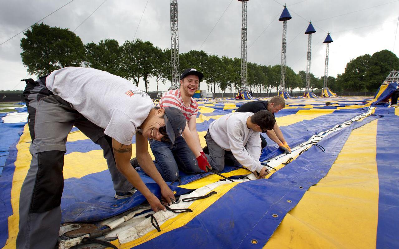 De tent voor het Bluesfestival wordt opgezet. FOTO HARRY TIELMAN