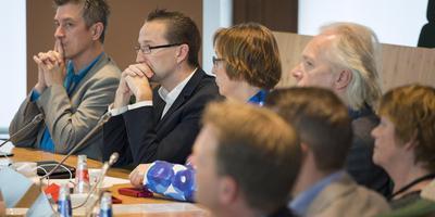 De zeven leden tellende PvdA-Statenfractie in de Statenzaal van Drenthe. Helemaal rechts: fractievoorzitter Roelie Goettsch. FOTO JASPAR MOULIJN