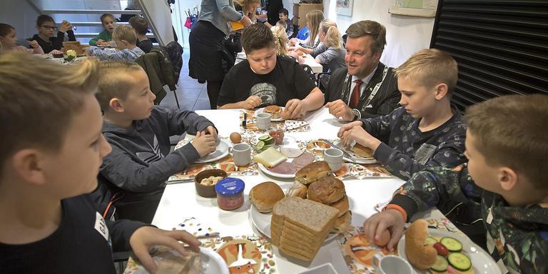Leerlingen van basisschool De Piramide in Erm ontbijten bij burgemeester Bert Bouwmeester thuis. Foto Jan Anninga