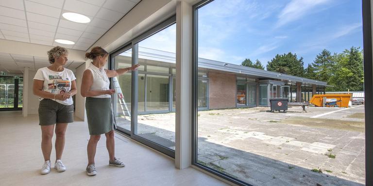 'Kenmerkend voor het gebouw zijn de open, lichte ruimtes.' Er wordt een rondleiding gegeven door het vernieuwde hoofdgebouw van obs De Vijverstee. foto MARCEL JURIAN DE JONG