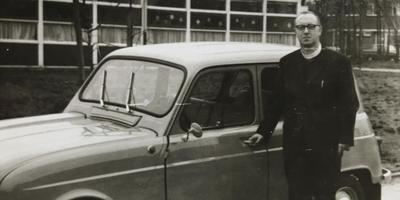 Pater Van den Ark bij de Renault die hij in 1966 van de woonwagenbewoners kreeg. Foto Collectie Mieke Haitel
