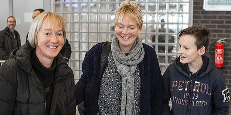 Akkelien de Jong uit Heerenveen (midden) en haar zoon Jens moesten wachten op de vlucht van Nordica die wegens de mist moest uitwijken naar Münster. Foto: Duncan Wijting
