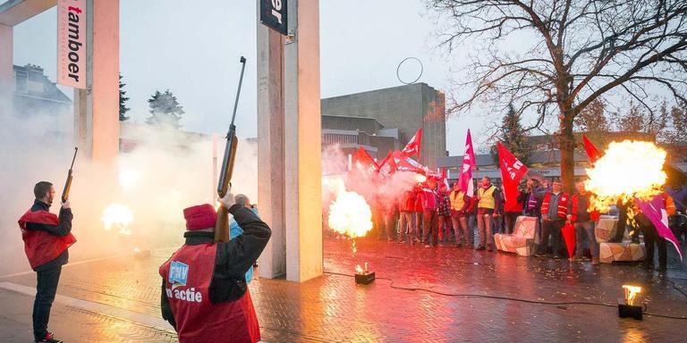De FNV voerde donderdagochtend actie in de Hoofdstraat van Hoogeveen, compleet met vuurwerk en luchtbuksen. Foto: André Weima