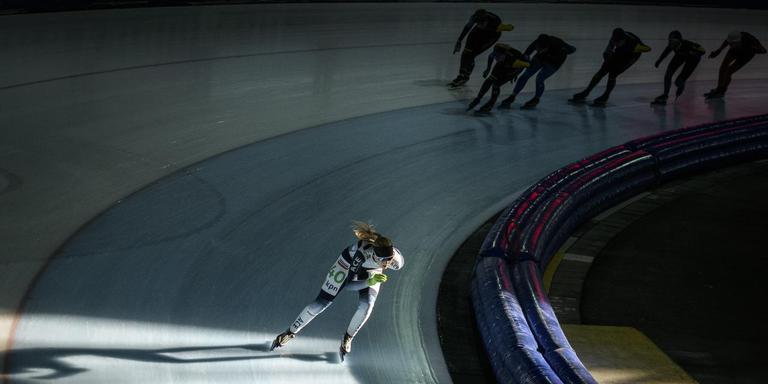 Nederland, Groningen, 10-10-'18; Terwijl het buiten ruim 20 graden is rijden de schaatsers hun rondjes op de schaatsbaan in Kardinge. Foto: Kees van de Veen