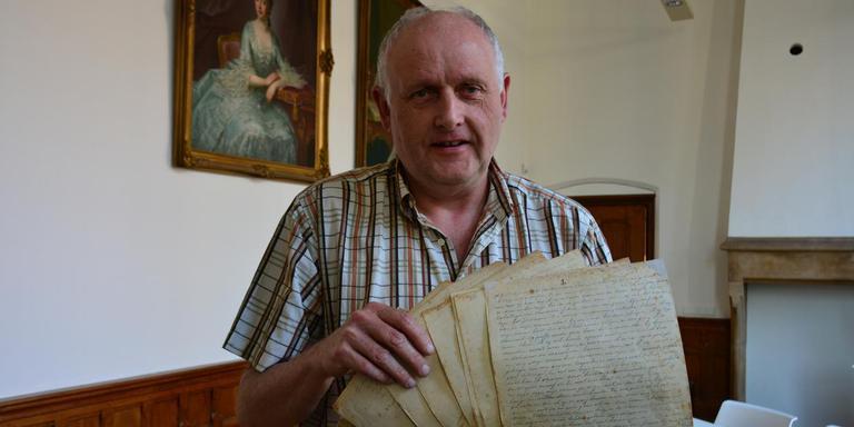 Wim Ensing toont het handgeschreven oorlogsdagboek van communist Sjerp Weima.