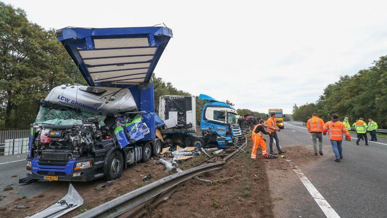 Een groot deel van de vangrail is beschadigd. Foto: De Vries Media