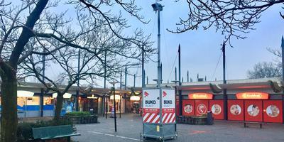 Sinds vorige week is er extra toezicht in en rond winkelcentrum De Weide in Hoogeveen. Er hangt een camera en er lopen twee beveiligers rond. Foto: DvhN