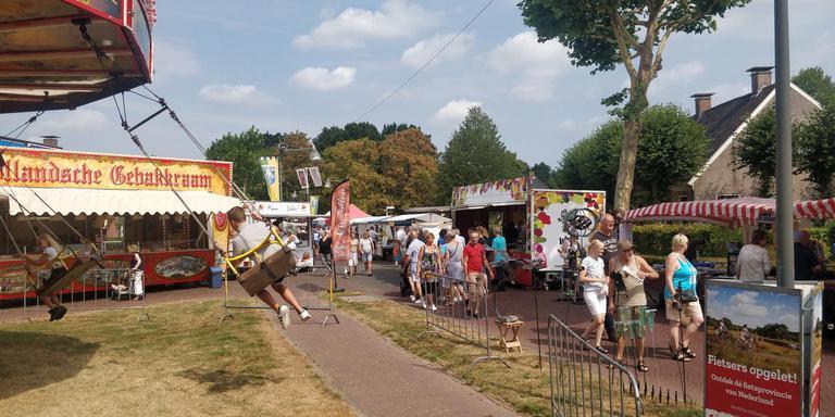 Kermis, gebak en kramen: de Peizer jaarmarkt. FOTO DVHN