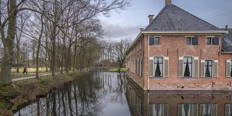 Havezate Mensinge (rechts in beeld) en theater Winsinghhof (links achter) mogen van de gemeenteraad scheiden. Foto: Marcel Jurian de Jong