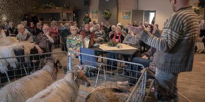 De senioren luisteren naar een lezing van schaapherder Johan Coelingh