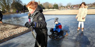 In februari hadden de plaatselijke jeugd voor het eerst plezier van de ijsbaan in Nieuw-Buinen. Nu de marathoncracks nog