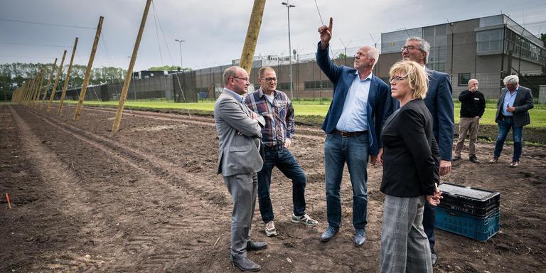Henk Timmerman (wit overhemd) van bierbrouwerij Maallust geeft uitleg over de hoptuin bij gevangenis Veenhuizen. Foto Jaspar Moulijn