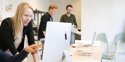 Jorrit Noordhuizen (rechts) richtte samen met Wieteke Nijkrake (voorgrond) bureau NOHNIK op. FOTO NADINE VAN DEN BERG