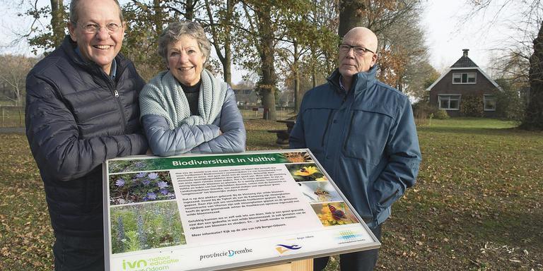 """Michiel en Joan Daams en Frank Stoovelaar (vlnr): ,,Ik vind een gazon ook mooi, maar dit doen we echt voor de biodiversiteit"""" Foto Jan Anninga"""
