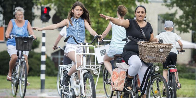 Rose Tuin fietst met haar dochter Yasmin de route die Yasmin vanaf vandaag naar school moet fietsen. FOTO MARCEL JURIAN DE JONG