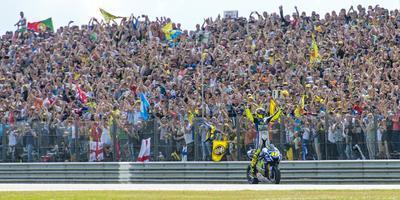 Valentino Rossi viert de overwinning tijdens de TT van 2015. FOTO MARCEL J. DE JONG
