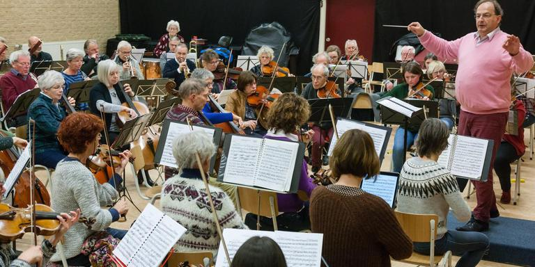Dirigent Pieter Cox en het DSO tijdens de generale repetitie voor de jubileumconcerten in Beilen. Gerrit Boer