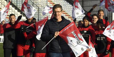 Andre Wielens met een van de nieuwe FC Emmen-vlaggen. Op achtergrond een deel van de selectie van de club. Foto: Boudewijn Benting
