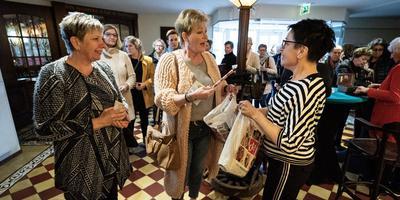 Jacqueline Huizing en haar vriendin in de rij voor een goodiebag bij Anette de Ruijter van de DA. Foto Jaspar Moulijn