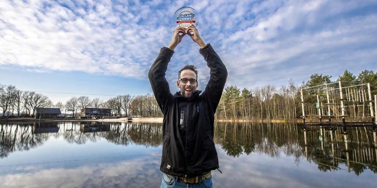 Bedrijfsleider Michel Dijksma heft trots de gewonnen ANWB-trofee boven het daarmee als leukste uitje bekroonde Outdoorpark Grolloo.
