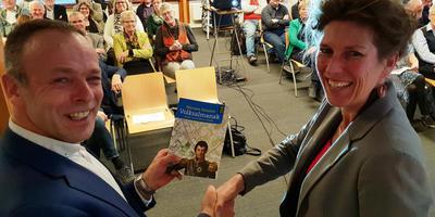 Corinne Rodenburg (rechts) presenteert de 135ste Nieuwe Drentse Volksalmanak aan directeur Minne Wiersma van de Maatschappij van Weldadigheid. Foto: Bernd Otter