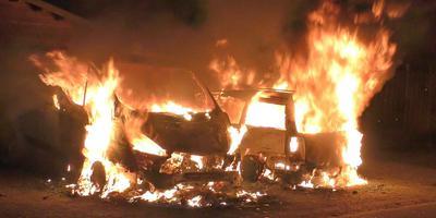 Twee auto's aan de Regulus in Hoogeveen brandden zondagnacht uit. Foto: Persbureau Meter