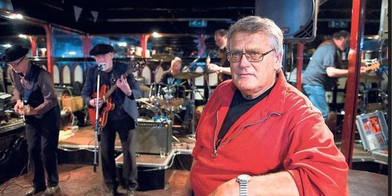 Barman, oprichter Bluesnight en ex-zijspancoureur Jaap Geerts in café De Depedance tijdens het verrassingsfeestje. Achter hem treedt de Greyhound Blues Band op. FOTO JASPAR MOULIJN