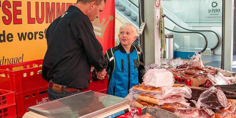 Basisschoolleerlingen helpen vrijdag een dagje mee op de markt. FOTO WIEBE VEENSTRA