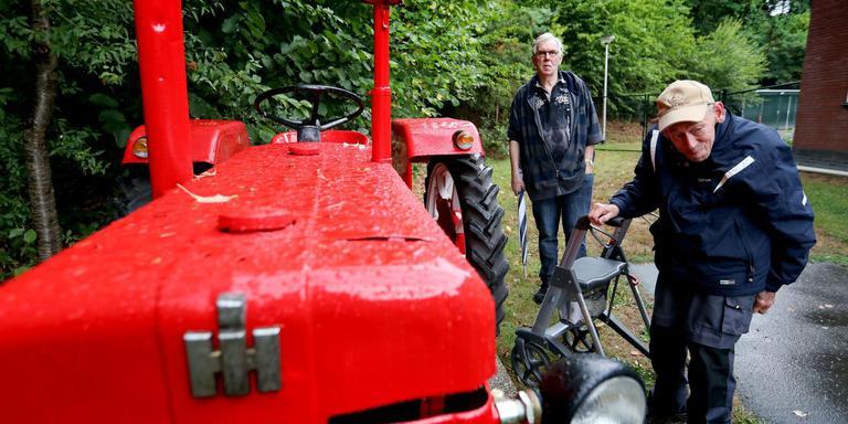 Henk van der Veen (voorgrond) en Jaap Boersma bij de tractor. Foto Harry Tielman